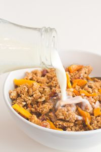 #Vegan Mango Granola | Add you favorite plant milk and you have the perfect #breakfast!