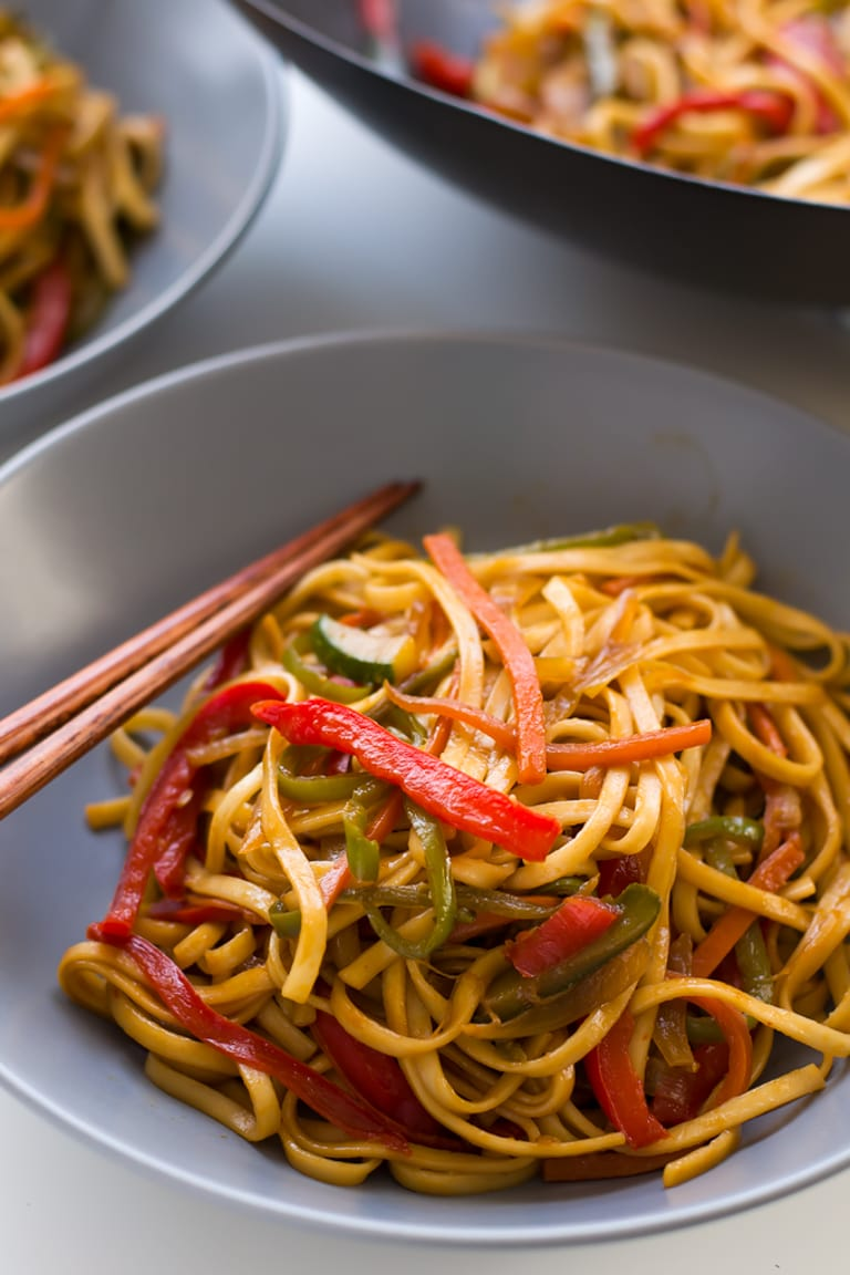 Vegan Stir Fried Udon Noodles. This 15 minute stir fry is so easy and so delicious! | #vegan