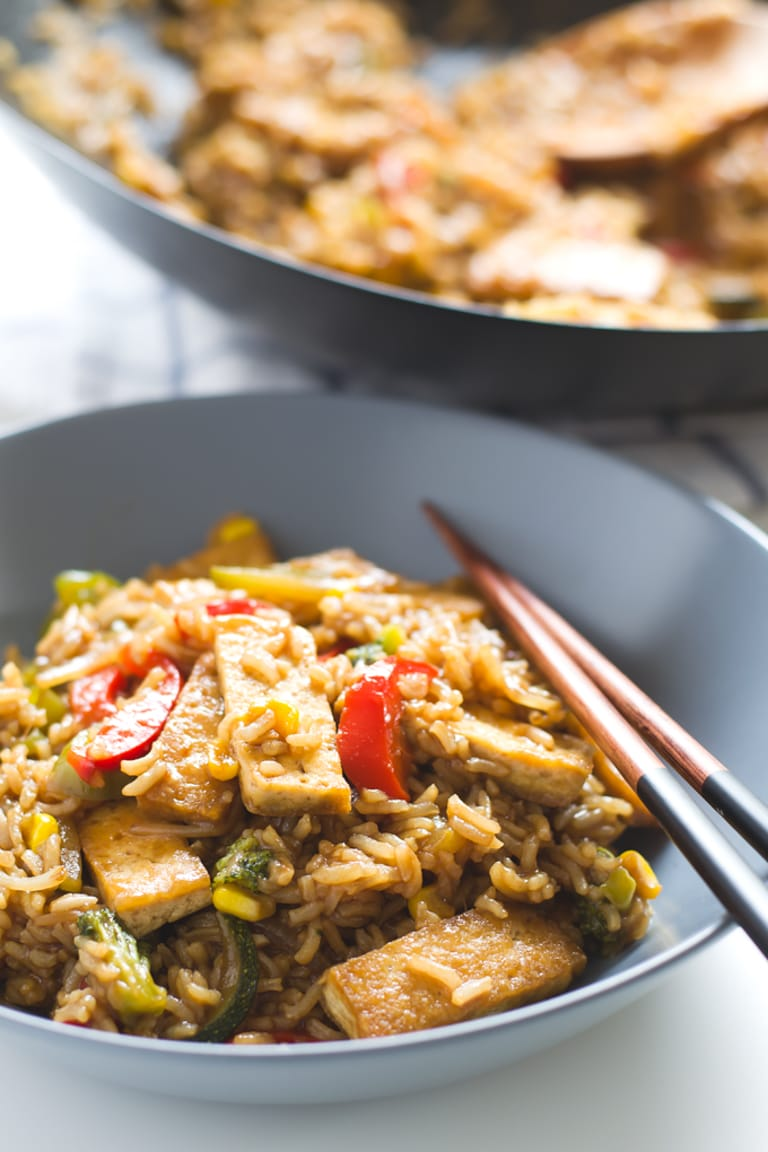 Tofu Stir Fry with Rice and Veggies. This tofu stir fry with rice and veggies is easier than you think. If you like Asian food, you need to try this recipe, it won't disappoint you | #vegan #glutenfree #plantbased #simpleveganblog