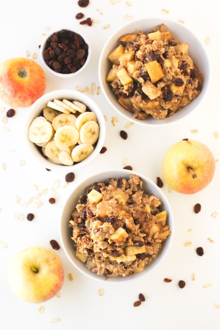 Apple pie baked oatmeal. It makes a delicious breakfast | simpleveganblog.com #vegan #breakfast #healthy
