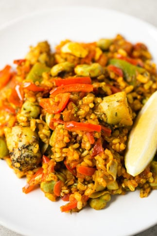 Spanish vegetable rice - This Spanish vegetable rice is perfect for those days you want to cook something fancy, but don't want to spend hours in the kitchen. It tastes like heaven!