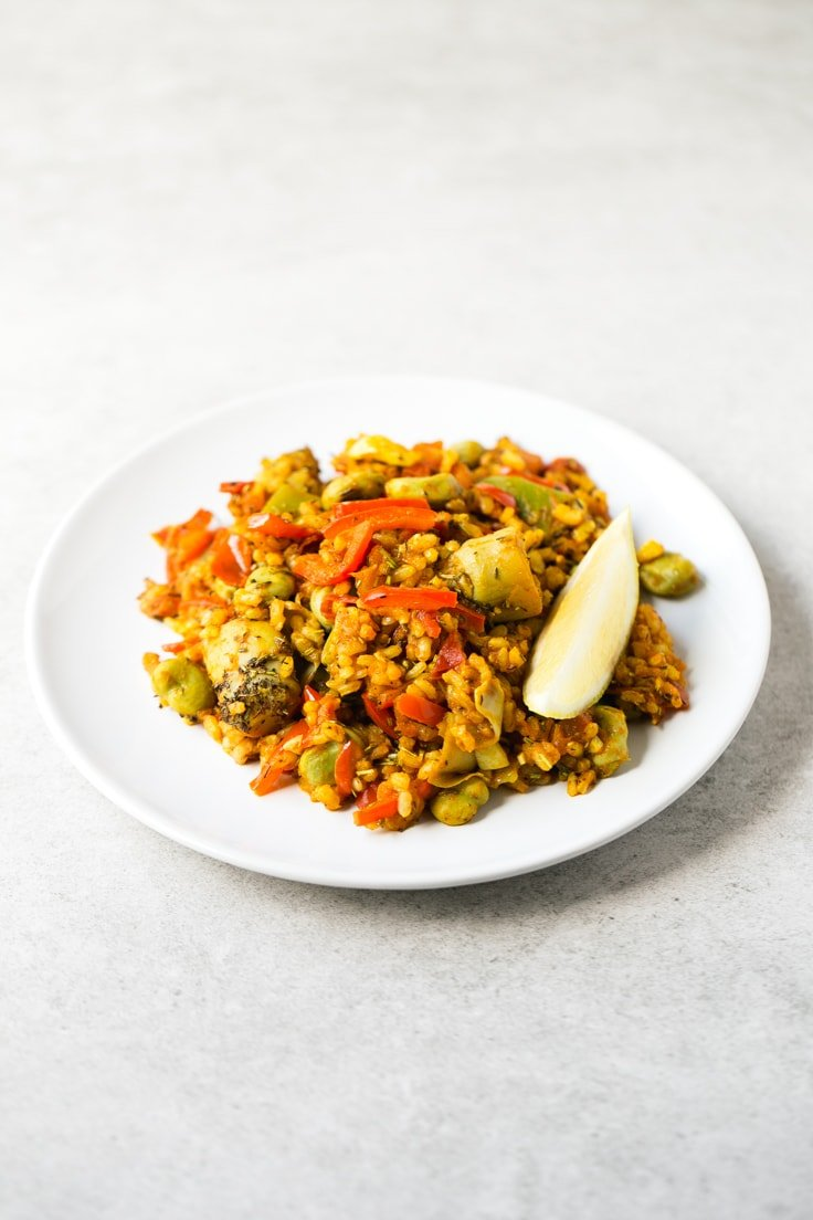 Spanish vegan rice recipe - This Spanish vegetable rice is perfect for those days you want to cook something fancy, but don't want to spend hours in the kitchen. It tastes like heaven!