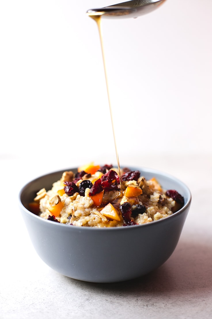 Vegan gluten-free breakfast bowl - If you love oatmeal, but you can't or don't want to eat oats, you should give this vegan breakfast quinoa bowl a try. It's so creamy and delicious!