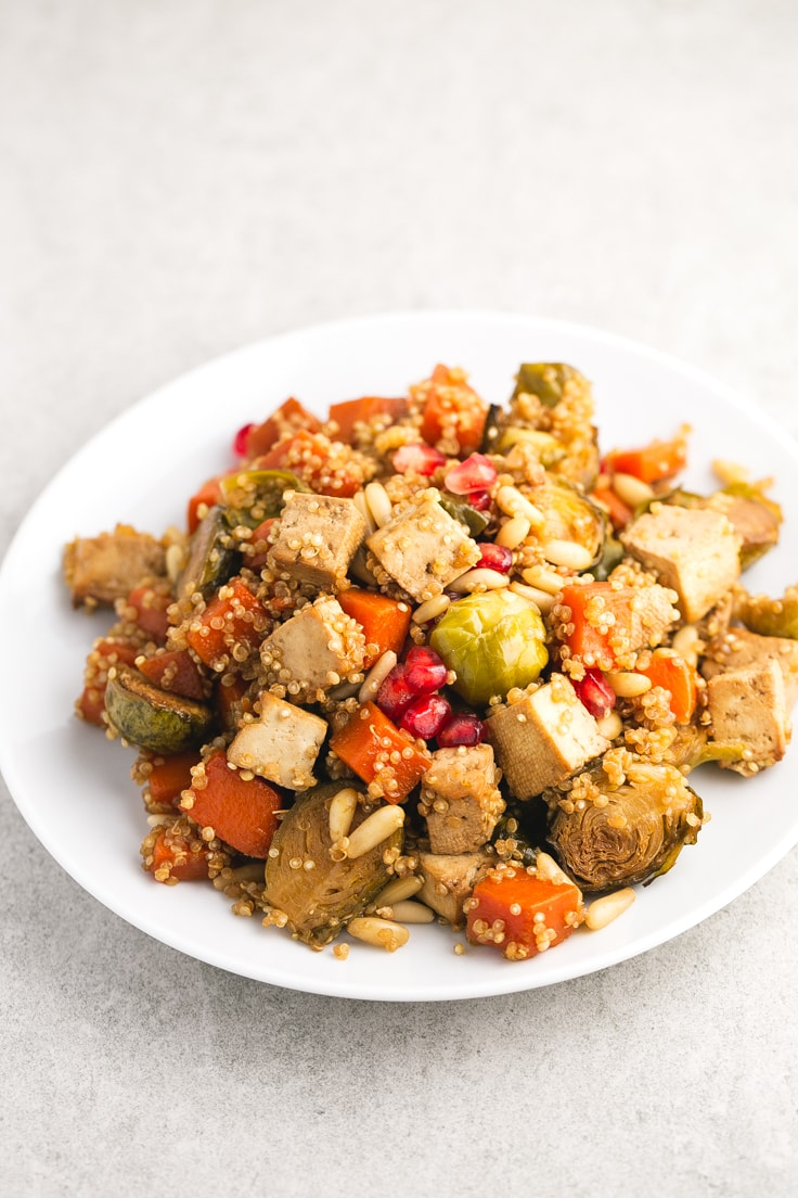Festive roasted veggies and baked tofu - We love these roasted veggies and baked tofu with quinoa recipe because is pretty easy, super healthy and has an intense flavor.
