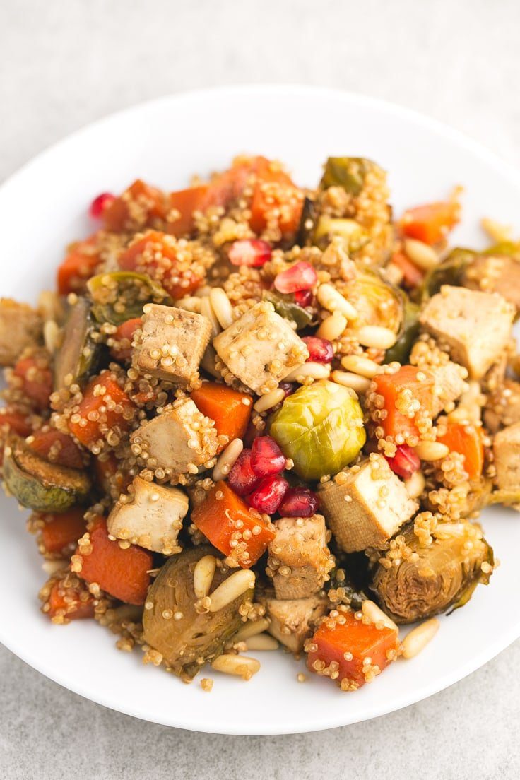 Roasted veggies and baked tofu with quinoa for a vegan-Christmas - We love these roasted veggies and baked tofu with quinoa recipe because is pretty easy, super healthy and has an intense flavor.
