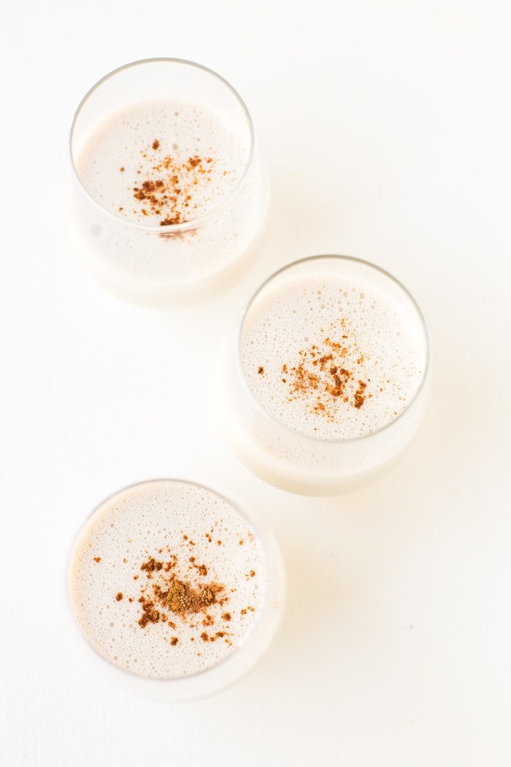 How to make simple vegan eggnog - You just need 10 minutes to make this simple vegan eggnog, which is so creamy, sweet and tasty. It's the perfect Christmas or Thanksgiving drink!