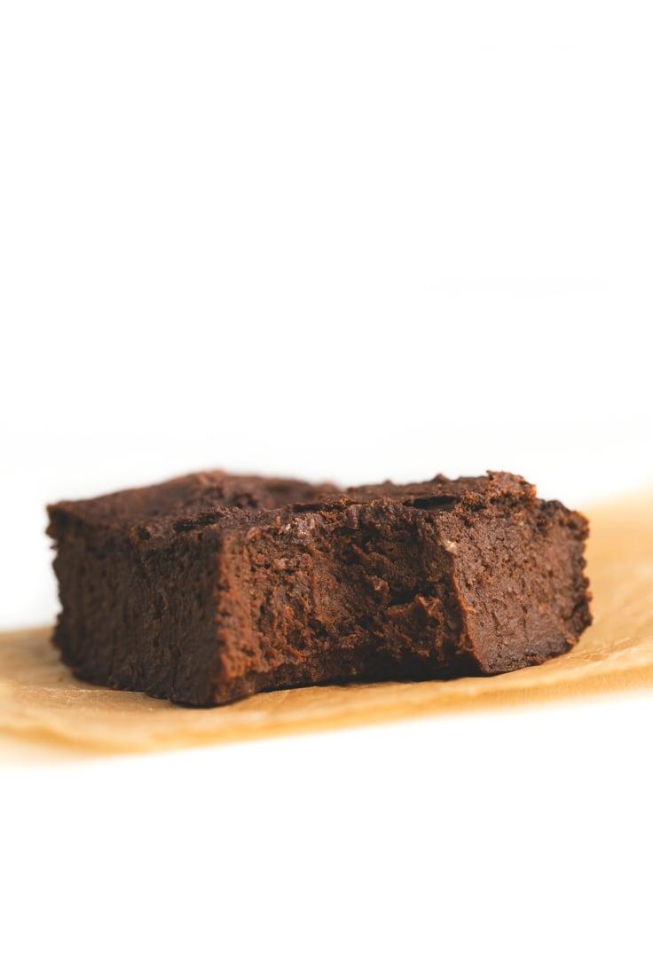5 Ingredient sweet potato brownies - Sweet potatoes are perfect to make low-fat vegan desserts like this 5 ingredient sweet potato brownies.