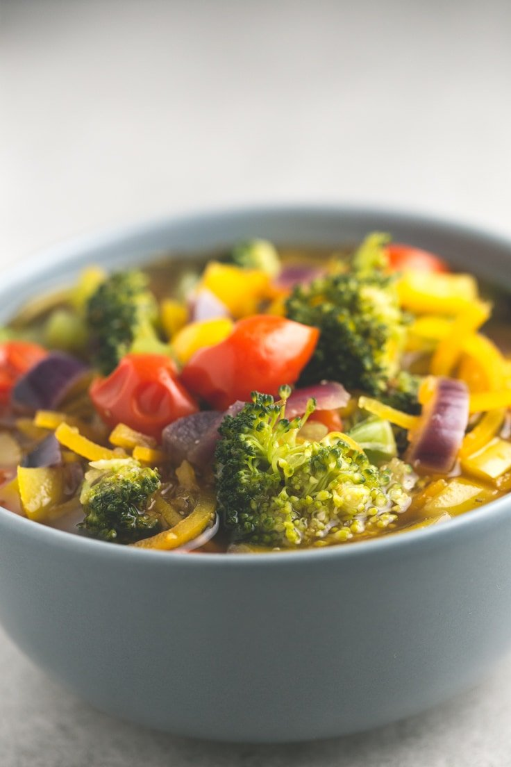Simple vegan detox soup - Look at this simple vegan detox soup! I love it because it tastes amazing, is so beautiful and it can help you to clean and detoxify our gorgeous body.