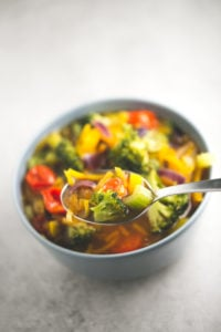 Simple vegan detox soup - Look at this simple vegan detox soup! I love it because it tastes amazing, is so beautiful and it can help you to clean and detoxify your gorgeous body.