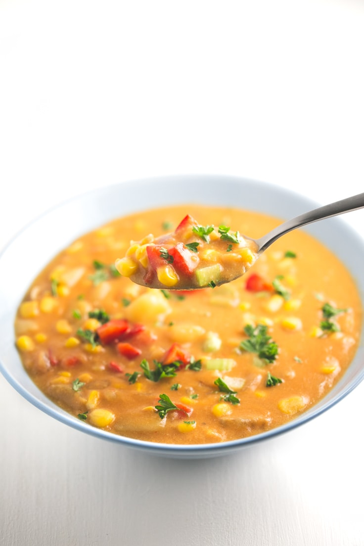 Vegan corn chowder - Amazing vegan corn chowder! It's ready in just 30 minutes, all the ingredients are easy to get and is a comforting and satisfying meal.