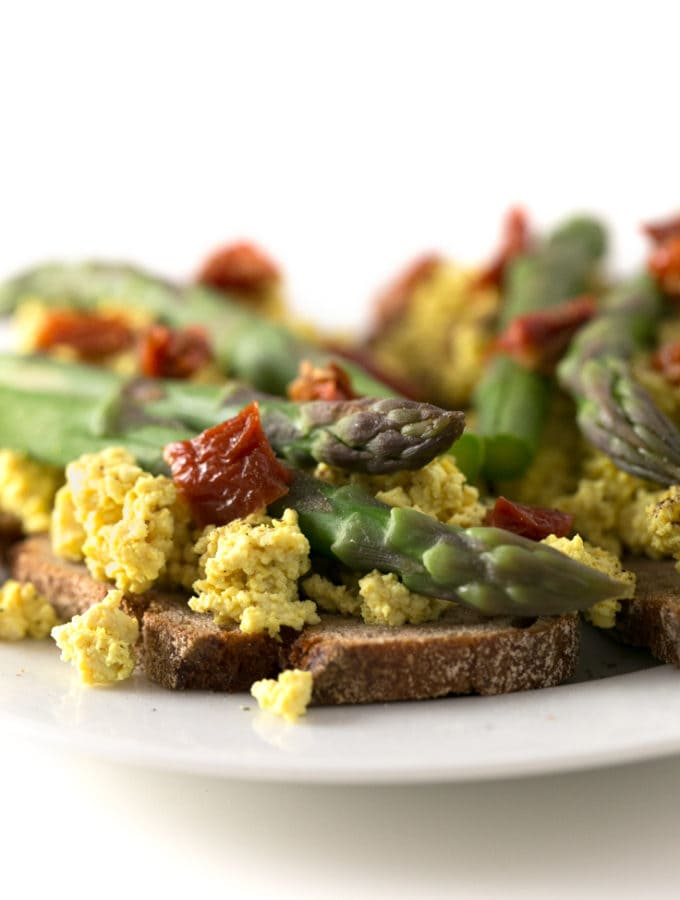 Tofu scramble toasts - These tofu scramble toasts are perfect to start your day enjoying something delicious, savory and nutritious. This scramble recipe tastes like real eggs!