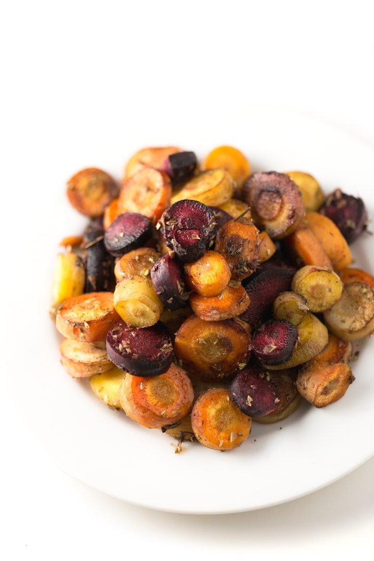 Oil-free roasted carrots - You're gonna love these oil-free roasted carrots because the recipe is so delicious and simple. Only 5 ingredients needed!