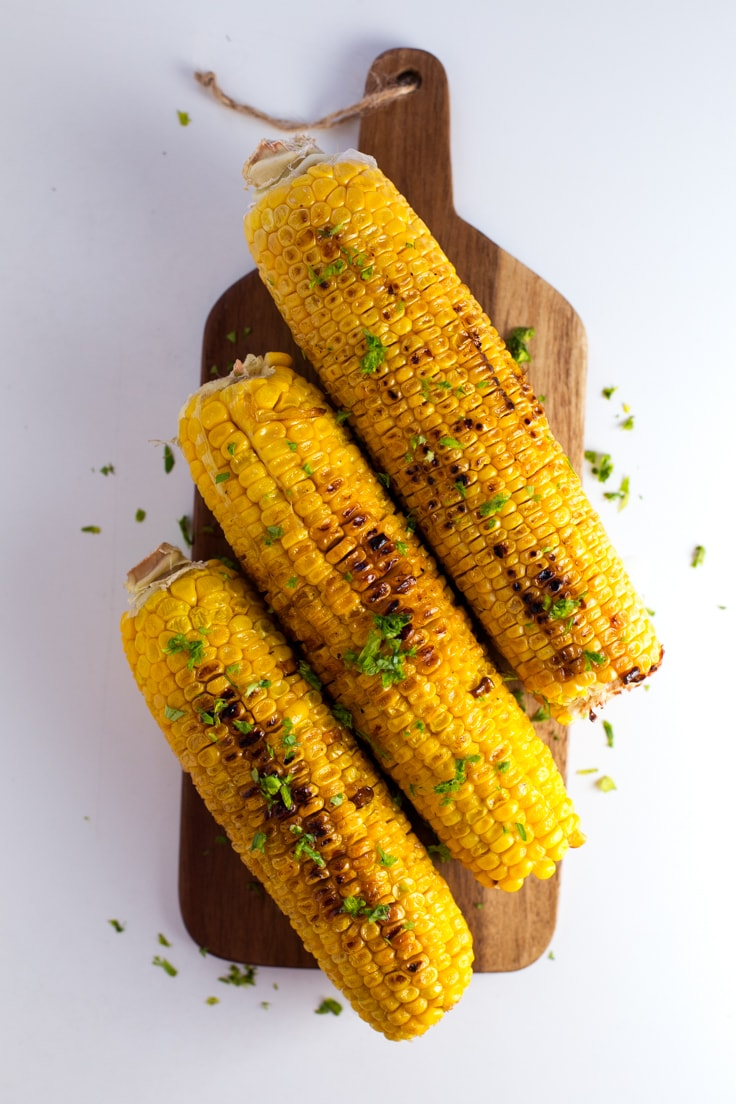 Grilled corn with vegan green aioli - This grilled corn with vegan green aioli is out of this world! It's so tasty and easy to make. You need to give it a try.