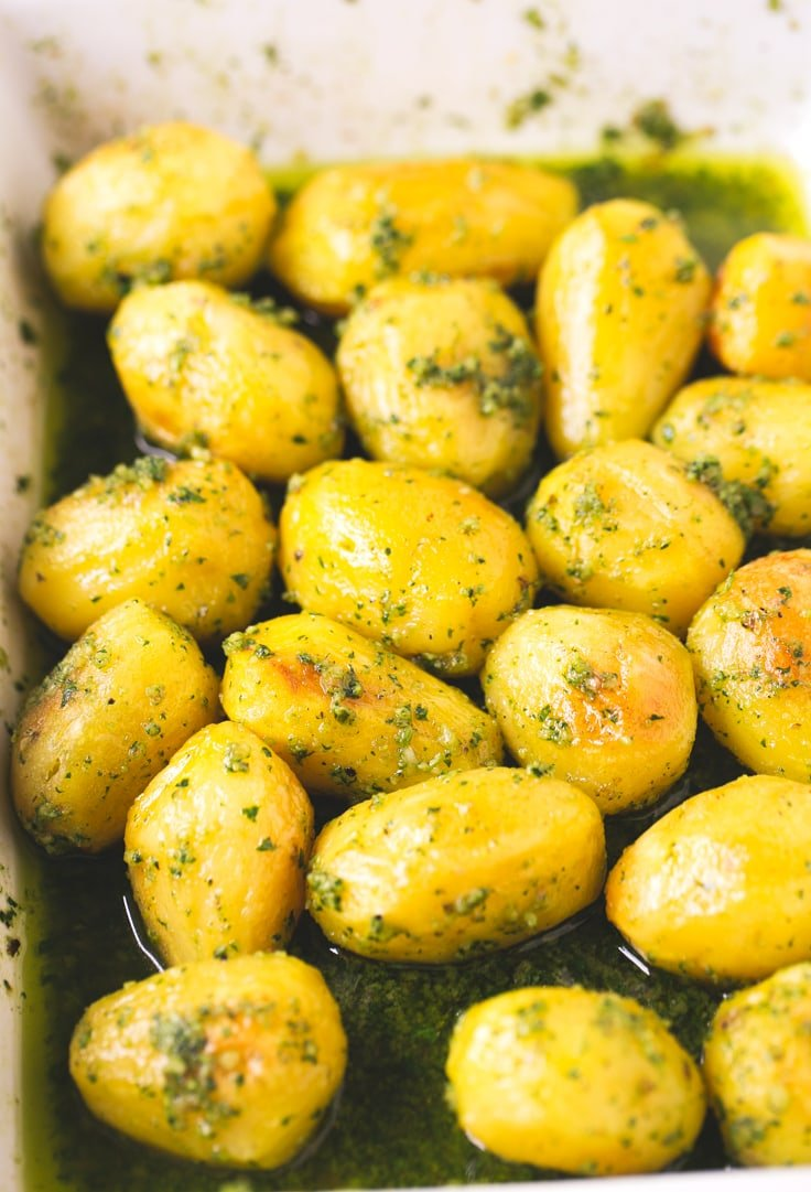 How to make roasted pesto potatoes - Roasted pesto potatoes! It sounds great and tastes better. I couldn't live without potatoes, they're perfect for Christmas and if you also add pesto, you have the perfect side dish.