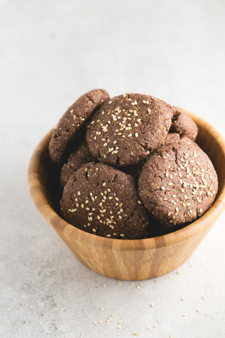 These vegan gluten-free Spanish chocolate polvorones are a healthy alternative to traditional polvorones, which are made with lard, sugar and white flour.