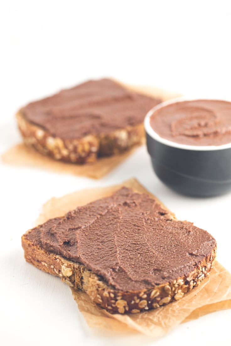 Low fat vegan chocolate spread - You just need 3 ingredients to make this low fat vegan chocolate spread. It's so delicious and perfect to make healthy desserts.