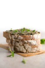 Vegan olive tapenade (oil-free) - This oil-free tapenade is a delicious spread. The traditional recipe is made with anchovies, but you can make it vegan removing this ingredient.
