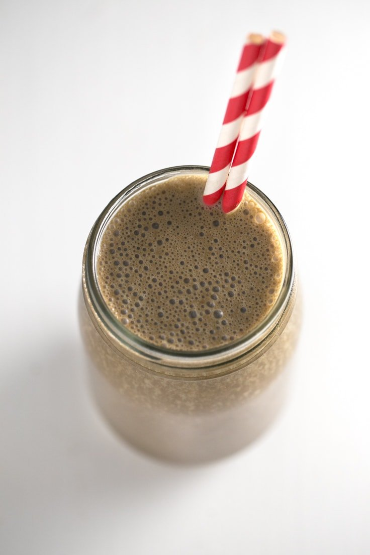5-Ingredient carob green smoothie - I make this 5-ingredient carob green smoothie all the time! It's so convenient to eat on the go, you just need to store it in a glass jar.