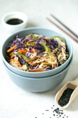 Vegan noodle stir-fry (gf) - This vegan noodle stir fry is perfect if you want to make a healthy, quick and easy dinner recipe. Besides, is also gluten-free and tastes so good!