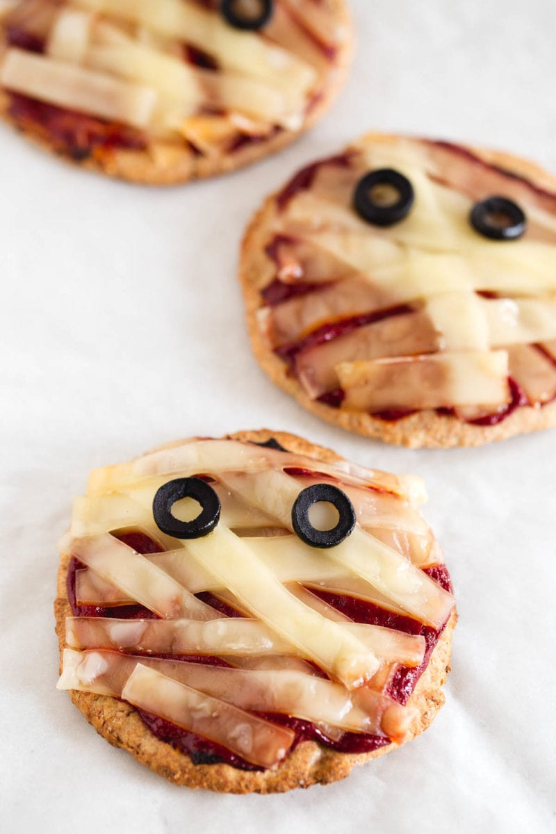 vegan halloween mini mummy pizzas - simple vegan blog