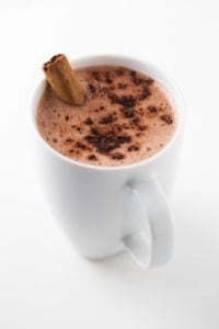 Vegan hot chocolate - This vegan hot chocolate is perfect for fall or winter because is so warm and cozy. It's made with just 4 ingredients, is super healthy and tastes amazing.