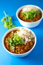 Easy lentil curry. - Our vegan lentil curry is one of the most popular recipes on the blog. You really need to give this recipe a try, because it tastes even better!