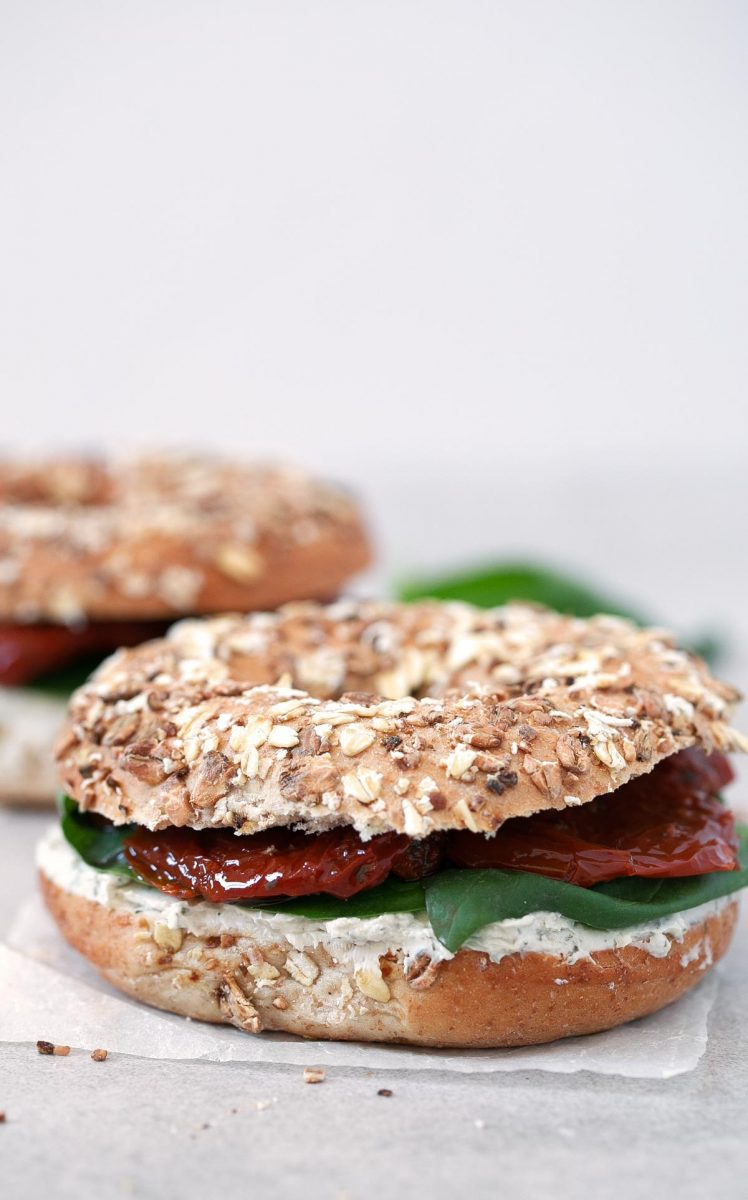 Vegan Bagel Sandwich.- This vegan bagel sandwich is ready in less than 10 minutes and is perfect if you want something delicious, quick and easy to make.