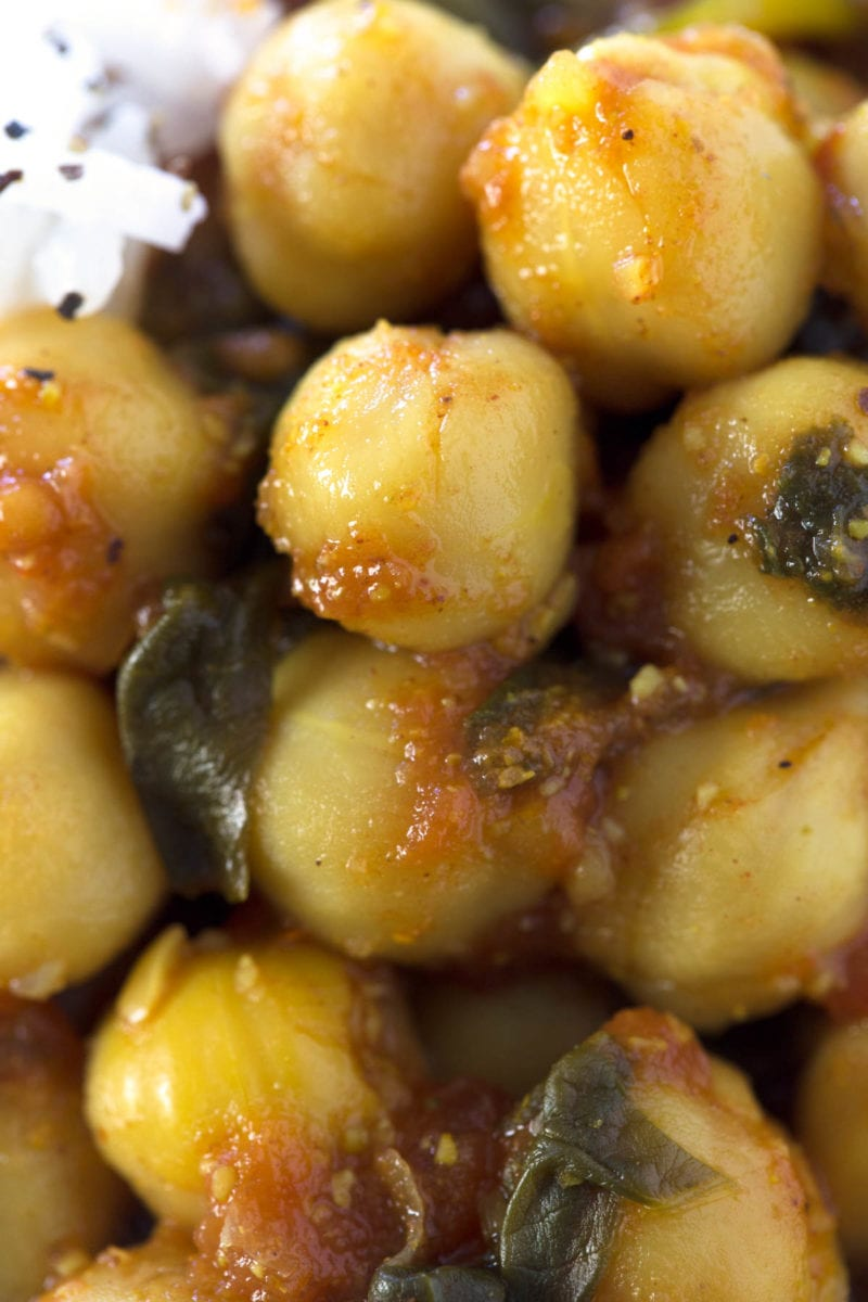 Chole Palak (Spinach with Chickpeas).- Chole Palak is an Indian recipe made with spinach and chickpeas. It's quite spicy, but so delicious. Besides, we've made an oil-free version.
