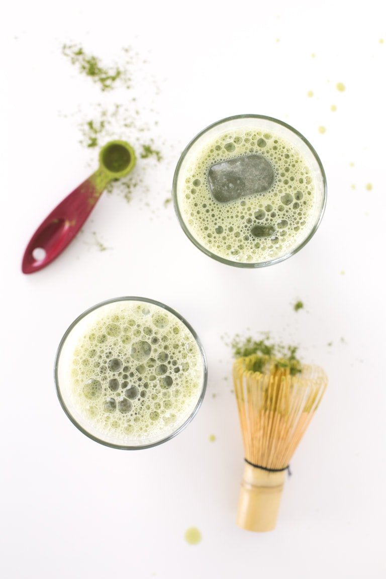 Vegan Iced Matcha Latte.- This vegan iced matcha latte is a super refreshing drink, perfect for summer. It's ready in 10 minutes and a healthy alternative to coffee.