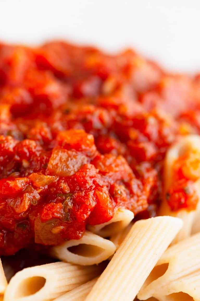 Homemade Marinara Sauce. - Homemade marinara sauce that only requires 1 pot, 9 ingredients and 30 minutes. It's to easy to make and better than store-bought! #vegan #glutenfree #simpleveganblog