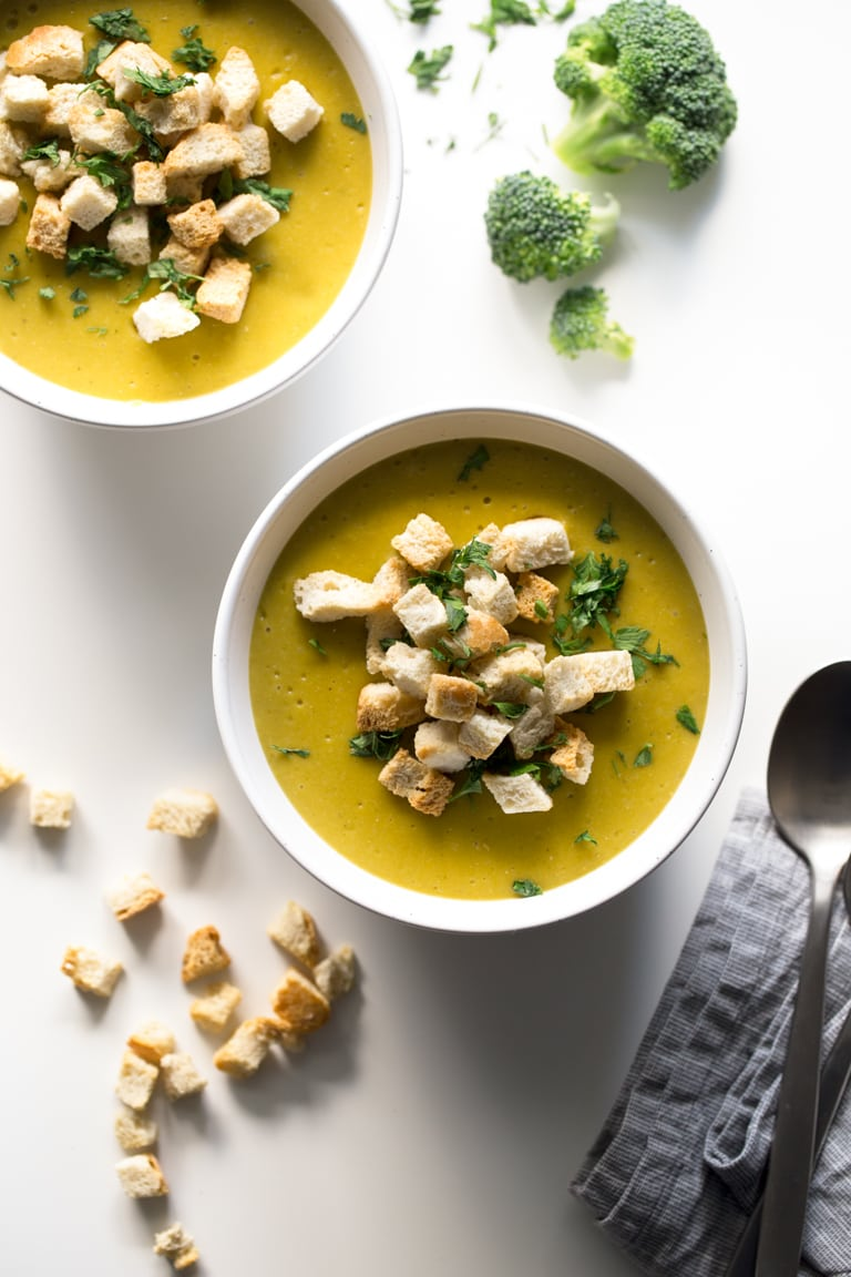 Vegan Broccoli Cheese Soup - This vegan broccoli cheese soup is super tasty, simple, low in fat and good for your body. It's the perfect lunch recipe for the fall and winter months.