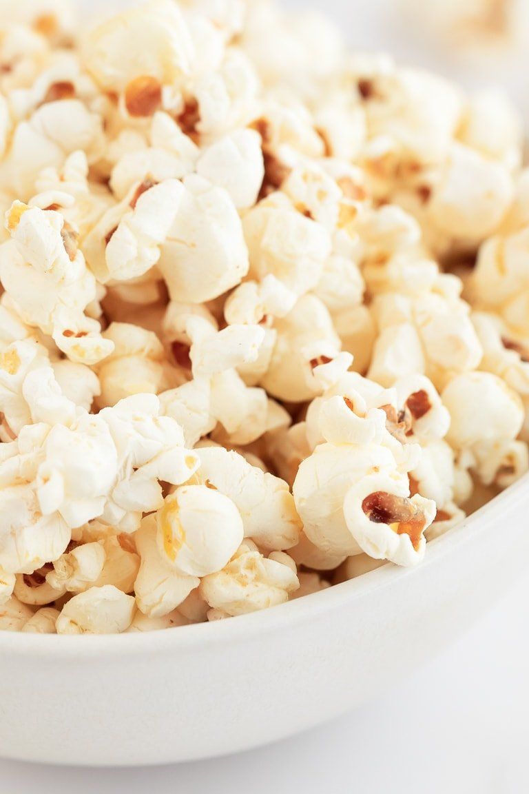 Vegan Popcorn. - Vegan popcorn, a delicious and healthy snack. They're gluten-free, made with oil instead of butter and also with other natural ingredients. #vegan #glutenfree #simpleveganblog