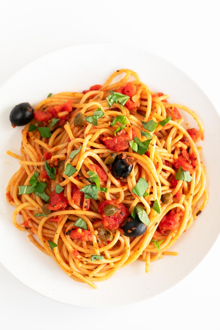 Vegan Spaghetti alla Putanesca. - 9-ingredient vegan spaghetti alla puttanesca, a delicious, simple and comforting dish, ready in just 20 minutes and perfect for busy weeknight dinners. #vegan #glutenfree #simpleveganblog