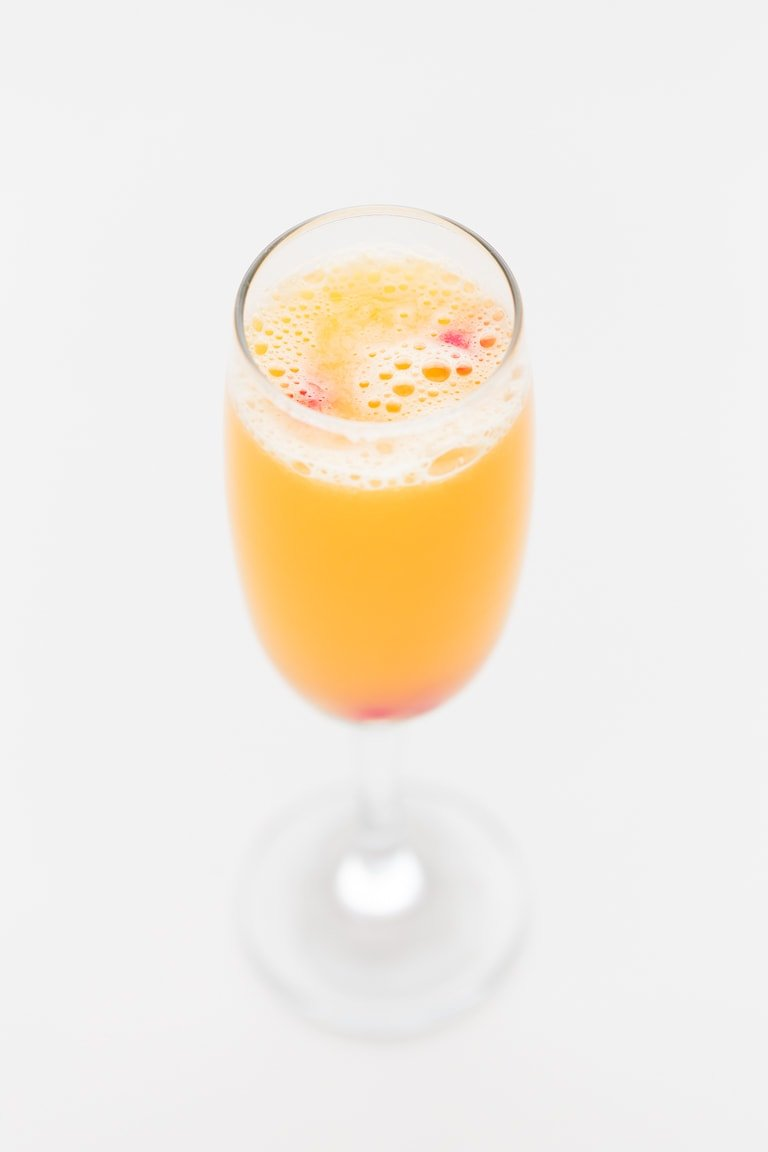 Kombucha Mimosa Mocktail - Looking for a non-alcoholic mimosa recipe? Try this easy Kombucha Mimosa Mocktail! It's delicious, made with just 2 ingredients, healthy, ready in less than 5 minutes and supports the digestive system. Besides, it's the perfect drink for your Sunday brunch menu and for New Year's Eve. #vegan #glutenfree #simpleveganblog