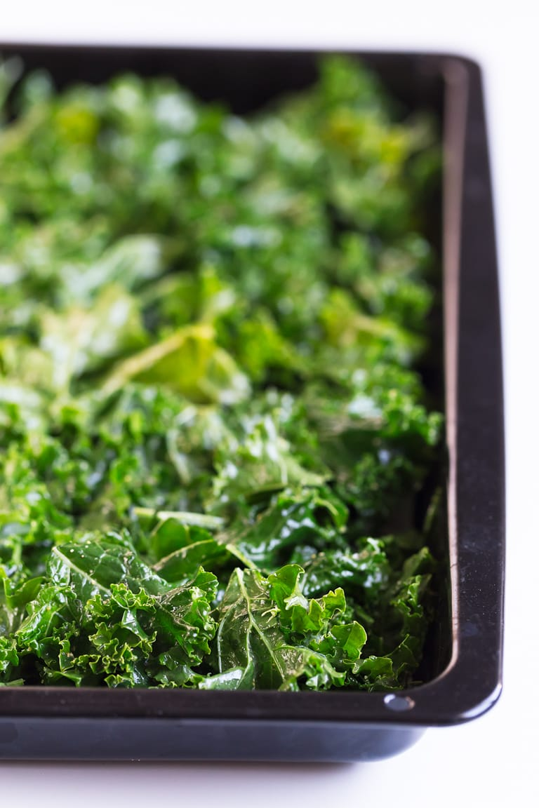 How To Make Kale Chips - Crispy, baked kale chips, easy to make and so addictive! Just 6 ingredients required for this healthy and simple snack. Besides, kale is one of the healthiest foods you can eat! #vegan #glutenfree #simpleveganblog