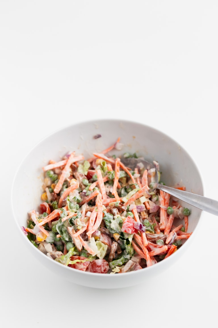 Vegan 7-Layer Salad - Easy vegan 7-layer salad with layers of veggies, tempeh bacon and a super creamy dressing. It's much healthier than the classic salad and tastes amazing! #vegan #glutenfree #simpleveganblog