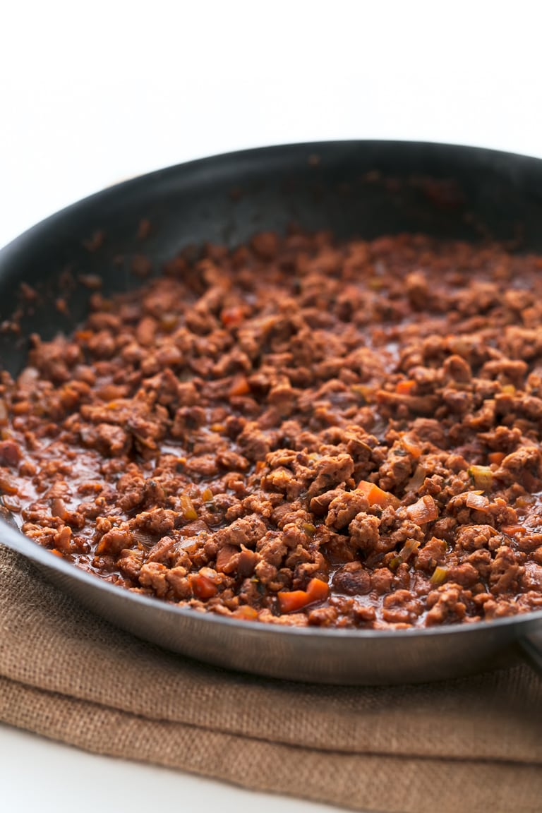 Vegan Bolognese Sauce - 30-minute vegan bolognese sauce made with textured soy protein. It's high in protein and low in fat, tastes like the classic recipe, but is much healthier. #vegan #glutenfree #simpleveganblog
