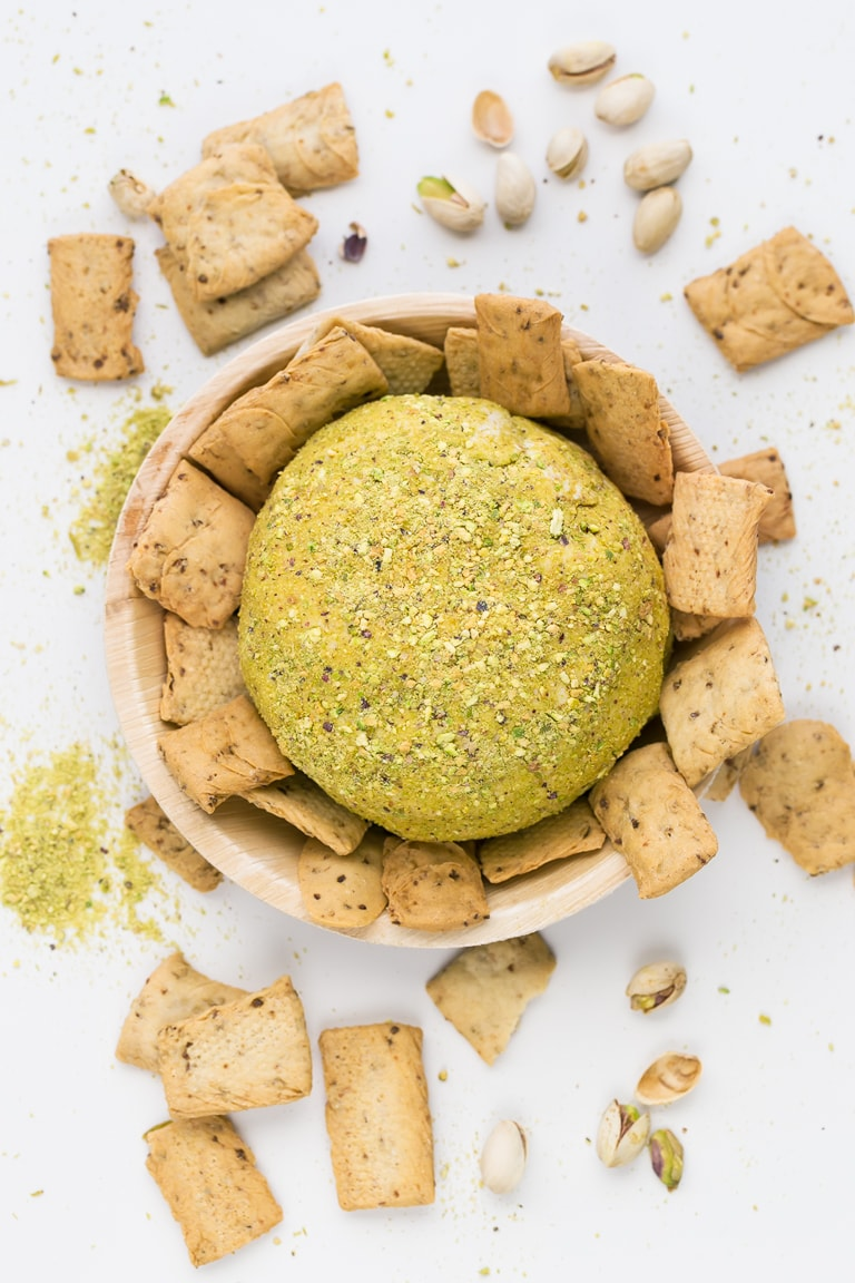 Vegan Cheese Ball - 9-ingredient vegan cheese ball! So delicious, creamy, spreadable and easy to make. It has an intense cheesy flavor thanks to the nutritional yeast. #vegan #glutenfree #simpleveganblog