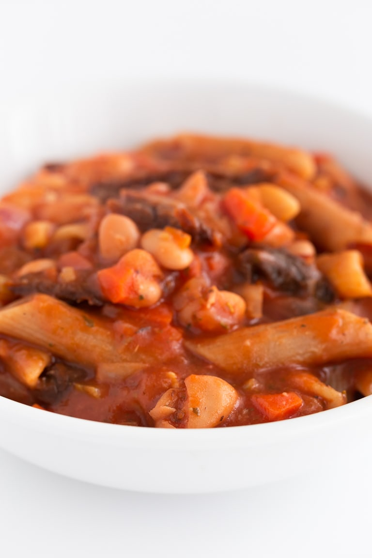 Pasta e Fagioli (Pasta and Beans) - Pasta e fagioli is an Italian dish made with pasta and pinto beans. It only requires one pot, easy to get ingredients and 20 minutes. #vegan #glutenfree #simpleveganblog