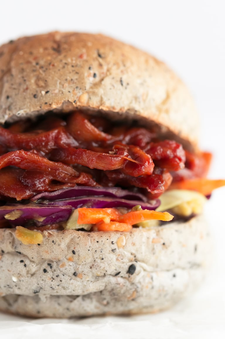 Vegan Pulled Pork Sandwich - 10-Ingredient vegan pulled pork sandwich, made with mushrooms instead of pork. It's super tasty, healthy, high in protein and ready in just 15 minutes! #vegan #glutenfree #simpleveganblog