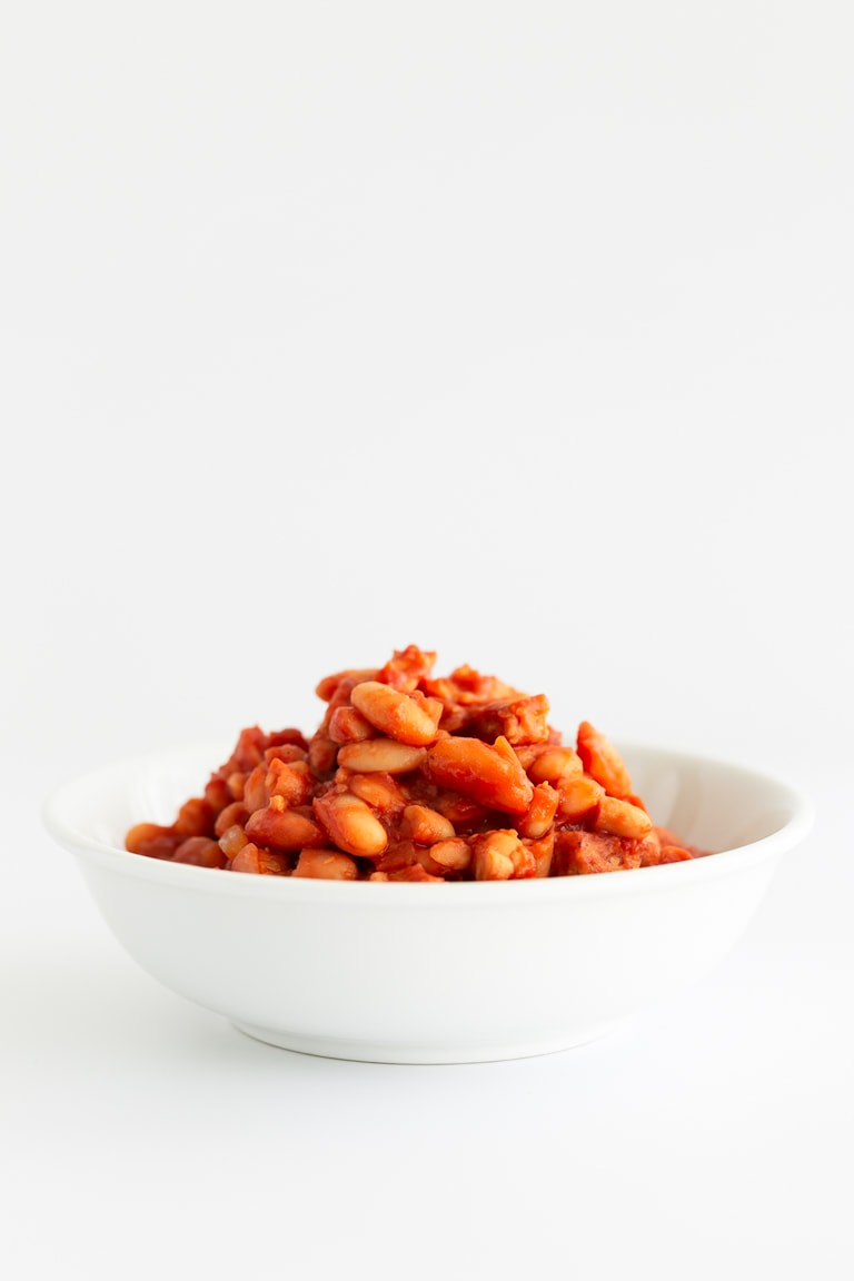 Vegan Baked Beans. - 30-minute vegan baked beans, made with our delicious tempeh bacon. Eat them on toast or as part of a full plant-based English breakfast. #vegan #glutenfree #simpleveganblog