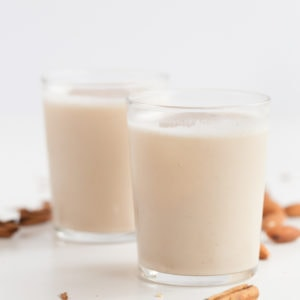 Vegan Mexican Horchata. - Vegan Mexican horchata, made with rice, almonds, water, a cinnamon stick and vanilla seeds. It's a refreshing drink, naturally sweetened with dates. #vegan #glutenfree #simpleveganblog