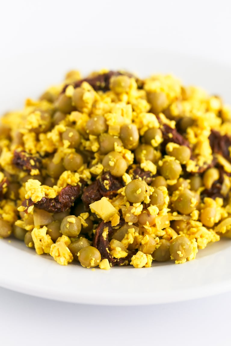 Vegan Spanish Scrambled Eggs With Peas and Ham. - Vegan Spanish scrambled eggs with peas and ham, a plant-based version of the traditional recipe. It's high in protein, low in fat and also healthier. #vegan #glutenfree #simpleveganblog