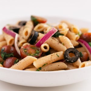 Vegan Pasta Salad. - This 15-minute vegan pasta salad is perfect for summer parties, picnics and barbecues and also an ideal take-along for workplace lunches. #vegan #glutenfree #simpleveganblog