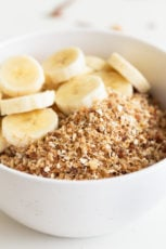 Vegan Rawnola. - This vegan rawnola is a raw version of granola, made with just 5 ingredients in less than 5 minutes. It's a super healthy breakfast or snack recipe! #vegan #glutenfree #simpleveganblog